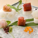 夙川 鮨 もとい - 料理写真:お造り盛り合わせ(内容は日によって変わります)