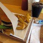 メルフィ バーガー - ハンバーガーセットRサイズ700円、ドリンクはアイスコーヒー
