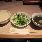 唐人飯店 - ライス・付け合せ(豆苗のサラダ?)・スープ