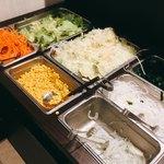 83711350 - ランチにセットになるサラダバー。シンプルながらも野菜がたっぷり摂れるのはありがたい。ドレッシングはごま・和風の2種類。