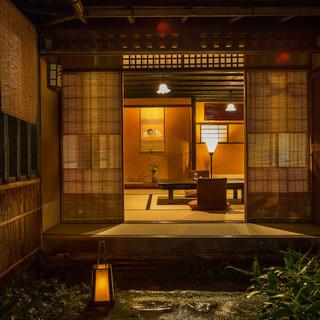 静かに歴史を伝える空間で、四季折々の御食事と江戸風情を愛でる