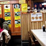 大阪難波 自由軒 - 観光客にも人気で店内はほぼ満席。