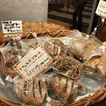 ブーランジェリー ブリュン - レーズン入りのハード系パン