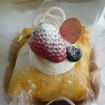 美園菓子司  - フルーツのクレープ包み