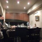 ビストロ ヴォージュ - カウンターとオープンキッチン