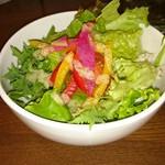83732035 - このサラダ、たっぷりでドレッシングが美味しい。