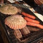 北海道ダイニング 炭火屋 - 炭火焼盛り合わせ 帆立とソーセージ