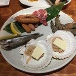 北海道ダイニング 炭火屋 - 炭火焼盛り合わせ(2人前)他に男爵芋のバター焼きもあります。