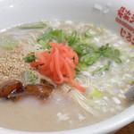 83746393 - 濃厚な味わいの豚骨スープと2種類のネギ