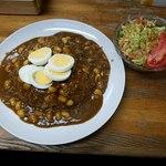 カレーショップ アルー - アルーカレーと野菜サラダ