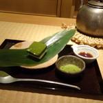 83747801 - ◆常葉白練・・2層になっている上部は宇治抹茶と吉野の本葛をあわせた葛羹、下部は北海道産のクリームチーズ。 「うぐいすきなこ」と「黒蜜」を好みでかけていただきます
