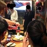 鉄板焼 広島お好み焼 ぶち - 観光客にもファイヤーは人気!