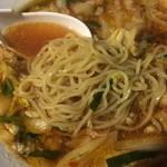 彩華ラーメン - サイカラーメン小 麺はツルッとした質感でウェーブ気味の黄色中細縮れ麺