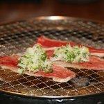 炭火焼肉 ごえ門 - 「神戸牛ねぎカルビ」 薄切りのカルビをさっと炙って特製ねぎを巻いて食べると美味しさ倍増です。