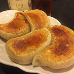 鴻園 - 料理写真:肉汁ブシャー!なジャンボ餃子。皮も肉汁も美味し過ぎる。