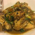 鴻園 - 牡蠣のバジル炒め。バジルの爽やかな香りと豆豉のコクが後を引きます。