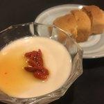 鴻園 - 手作りの杏仁豆腐とパイナップルクッキー。紹興酒漬けのクコの実はシロップシミッシミで最高。クッキーはホロホロしっとりな食感で癒し♪