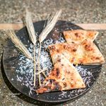monk - 料理写真:ピッツァの素焼き、 パルミジャーノとオリーブオイル