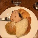 BREAD&DISHES MUGINOKI - パン色々食べた、お願いすればリベイクしてもらえるそうですがみんなまだ温かい。