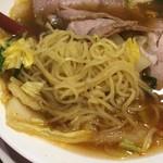 彩華ラーメン  - サイカラーメン モモチャーシュー入り 小 麺はややウェーブ気味のツルッとした黄色細麺