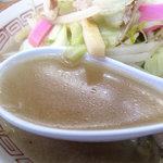 中国飯店 - ちょっと甘め醤油味の鶏ガラスープ。洗練しすぎないとこが美味しい!