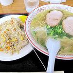 中国飯店 - しょうゆらーめん+ミニヤキメシ680円。ヤキメシはミニ以上のボリュームです!