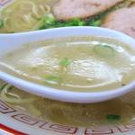 中国飯店 - 今回の印象は、ベースの中華スープ+ごま油の香りってカンジでした。醤油の風味はかなり控えめ。