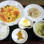 中華ダイニング 逸品源 - 日替わりランチ「トマト玉子炒め」。この品ぞろえで500円