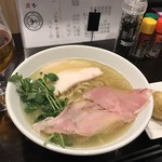 ロトブルワリー 麺や 天空 - 透明な鶏白湯スープ。右に見えるのが味玉天。