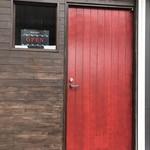ロトブルワリー 麺や 天空 - 入り口の赤いドア