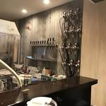 ロトブルワリー 麺や 天空 - トタンの波板の壁にサーバーと計器類