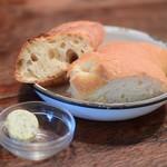 ファクトリー - 【クロックマダムプレート@1,250円】メインの前に登場する、美味なパンたち。そして、ハーブ入りのバター