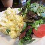 ぶぁん - パスタランチ900円。 サラダは、リーフサラダとポテサラの組み合わせ。