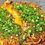 三八 - 【三八】のお好み焼き肉玉そば[500円~]!ガーリックが香る、食欲を誘う自慢の一枚です
