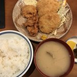 83770280 - ミックスフライ定食 980円                        コロッケ 鳥唐揚げ キス ホタテ  アサリの味噌汁