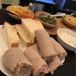 エチオピアンコーヒーハウス サラムストア - 手前主食のインジェラと左からジャガイモのワット(汁もの)、ほうれん草のワット、ひよこ豆のワット:内容がインドとかにひじょうに近く、味だって遠くはない