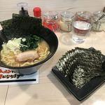 横浜家系ラーメン 梅田家 - 海苔10枚は別皿で提供