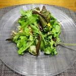 83785302 - サラダ:桜海老の上新粉揚げ ホタルイカの自家製スモーク リンゴ酢、塩麹、柚子風味のサラダ