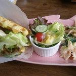 レッカーベック - 料理写真:ワッフルサンド&サラダ
