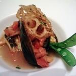 83793845 - 本日の鮮魚とムール貝のスープ仕立て蓮根のチップを添えて