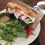 83794998 - 自家製ハムのサンドイッチ(自家製ハム/チーズ/ルッコラ)、サラダ、スープ