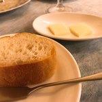 ビストロ エピス - ローストバゲット&バター。