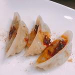 菜香餃子房 - 自家製辣油と花山椒をかけて