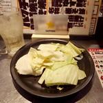 博多串焼き バッテンよかとぉ - 付き出しのキャベツは100円でお代わり自由。