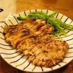 かしわや - 料理写真:親鶏もも肉タタキ