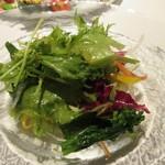ワインビストロ 博多西中洲 ぶどうの樹 - サラダは岡垣町で採れた野菜をたっぷり使ったサラダです。