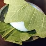 河田屋菓子舗 - 料理写真:柏餅 柔らかく餡の量が程よいので、ゆっくり噛んで食べると餡と求肥がまざりあい良いバランスで味わえます。