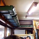 まるしん - 店内風景。キープは紙パックで。しかも横置き。確かに効率的だし取り出しやすい。