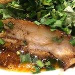 カラシビ味噌らー麺 鬼金棒 - パクチーカラシビ味噌らー麺950円のチャーシューのアップ
