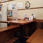 クリーミーTonkotsuラーメン 麺家神明 - テーブル席の様子